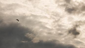 Parapente au dessus du Lac de Serre-Ponçon